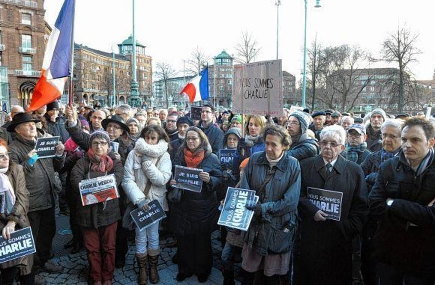 Ob jung, ob alt, ob links oder rechts - bei der Solidaritätskundgebung stehen alle 1000 Menschen ...