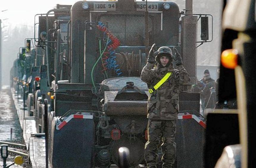 Kriegsgerät wie Lastwagen (Bild) und Panzer wollen die US-Streitkräfte demnächst in der ...